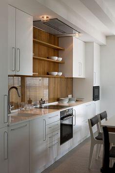 Kuchnia z drewnianą ścianą