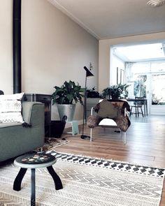 Een lange smalle woonkamer is lastig in te richten. Door de lengte optisch te doorbreken met de stoel en de planten en niet alle meubels tegen de wand aan te plaatsen creëer je een ruimtelijker gevoel || villa d'Esta's interieuradvies & styling Poster Wall, Home Interior Design, Interior Inspiration, Sweet Home, Living Room, The Originals, Wood, Home Decor, Accessories