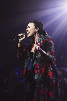 Demi Lovato performing at the 'Simply Complicated' premiere in LΑ Demi Lovato Albums, Grunge Hair, Delena, American Singers, Role Models, Idol, Actresses, Concert, People