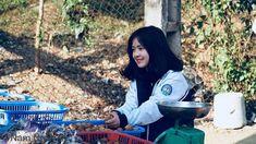 """Cộng đồng """"lạc lối"""" với hình ảnh cô gái bán óc chó xinh như mộng - VietBF Close Image, Backpacks, Poses, Beautiful, Arrow Keys, Nice, Girls, Toddler Girls, Daughters"""