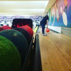 Há por aqui uma mãe a levar uma abada #bowling…