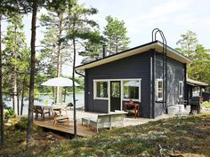 The family of designer Sebastian Jansson had not intended to buy a summer cottage at all. Then a plot practically made for them was put on sale in a familiar location. Old Cottage, Lake Cottage, Cottage Living, Small Lake Houses, Scandinavian Cottage, Summer Cabins, Cottage Exterior, Lake Cabins, River House