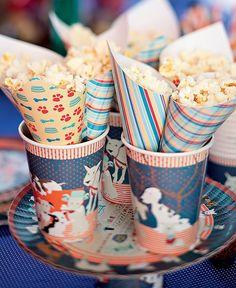 Jeito prático e lúdico de servir pipocas: em cones de papel estampados