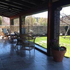 Estamos de estreno con el nuevo cerramiento del porche para poder disfrutar en el sentados, al sol y sin viento, más estaciones del año. VEN, ALOJATE Y DISFRUTA! #hotelconencanto #hotelrural #Covarrubias #burgos #spain  www.hoteldonasancha.es