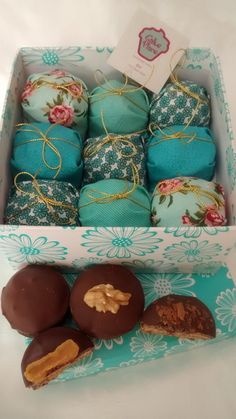 Pão de mel Dia das mães Food Gifts, Diy Gifts, Chocolates, Bike Food, Cake Packaging, Bake Sale, Creative Gifts, Sweet Recipes, Biscuits