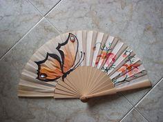 Abanico con una mariposa y flores. #art #pintadoamano #abanicos #valían…