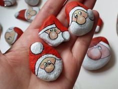If you are looking for Diy Christmas Painted Rock Design Ideas, You come to the right place. Here are the Diy Christmas Painted Rock Design Ideas. Pebble Painting, Pebble Art, Stone Painting, Rock Painting Ideas Easy, Rock Painting Designs, Stone Crafts, Rock Crafts, Christmas Decorations For The Home, Holiday Crafts