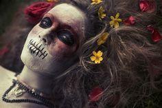 Génroncs inspiráció 3    Festett arc, virágok a hajban és törzsi környezetet idéző nyaklánc.
