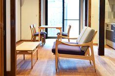 【京都市 株式会社 八清(ハチセ)様】 京町家をはじめとした中古住宅の再生販売を手がけられている「株式会社 八清(ハチセ)」様のオープンハウスへ、家具を納品させていただきました。  #無垢ソファ #オットマン #無垢 #京都 #日本製  #sofa #ottoman #japan #kyoto #北欧インテリア #おしゃれなインテリア #おしゃれな椅子 #おしゃれな家具 #つくりのいいもの #FinnJuhl #フィンユール #八清 #オープンハウス家具 #ものづくり #ロングライフデザイン Chair, Furniture, Home Decor, Stool, Interior Design, Home Interior Design, Arredamento, Home Decoration, Decoration Home