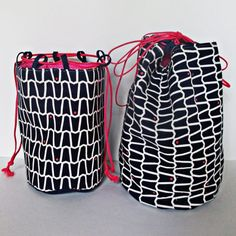 Kinchaku drawstring purses are Japanese style bags that are quick to sew and so cute and sturdy that sewing them is addictive. Here's how-to make them. Quilt Square Patterns, Square Quilt, Bag Patterns, Drawstring Bag Tutorials, Drawstring Bags, Basket Bag, Fabric Bags, Handmade Bags, Fabric Crafts