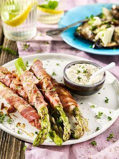 Aby zaskoczyć gości na grillu, przygotuj szparagi w bekonie i z serem brie na grilla wg naszego przepisu! Pokochaj z nami grillowane szparagi! Fresh Rolls, Tuna, Asparagus, Barbecue, Grilling, Food And Drink, Meat, Vegetables, Ethnic Recipes