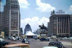 """El cruce del Paseo de la Reforma y la Avenida de la República en 1948, donde se aprecia un """"platillo volador"""" que formó parte de una campaña publicitaria de la época. A la izquierda se encuentra el Edificio Corcuera, demolido tras el sismo de 1957, y al centro está el """"Caballito"""" de Carlos IV, que permaneció en este sitio hasta 1979.  Foto: Janice Waltzer"""