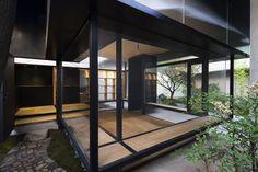 Descripción de los arquitectos. La casa del té se encuentra en un pequeño jardín de aproximadamente 110 metros cuadrados, donde se alza una alta...  http://www.plataformaarquitectura.cl/cl/804711/casa-de-te-en-li-garden-atelier-deshaus?utm_medium=email&utm_source=Plataforma%20Arquitectura