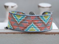 Pulsera brazalete Chevron telar tejidos tribales, abalorios pulsera amistad, pulsera de puño con reborde, pulsera brazalete tribal