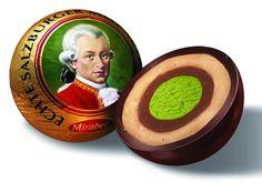 Las Mozartkugeln, o bolas de Mozart en español (¡ole la gracia y el doble sentido de los austríacos!) son unos bombones tipiquísimos en Viena tanto...