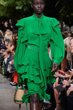Michael Kors Collection Spring 2020 Ready-to-Wear Fashion Show - Vogue Fashion 2020, Fashion Week, Runway Fashion, Fashion Show, Fashion Outfits, Fashion Hacks, Green Fashion, Retro Fashion, Classy Fashion