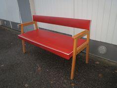 Ihana keinonahkainen sohva, siistikuntoinen.  Leveys 130 cm.  MYYTY.