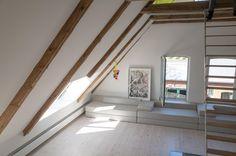 sofa, kunst, licht, dachstuhl, dachgeschoss, holzbalken, treppe, grosszuegig, kiefernboden, design, modern, hell, weiss. www.welle8.com #weissesSofa #Leiter