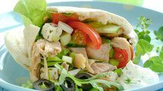 SUNT OG BILLIG: Pitabrød med kylling, og gresk salat - kjapp, billig og sunn middag! Frisk, Kos, Mexican, Chicken, Dinner, Ethnic Recipes, Dining, Aries, Dinners