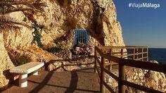 Rodeada de rocas y flores, a los pies del mar, encontramos una pequeña Virgen del Carmen dentro de una vitrina.