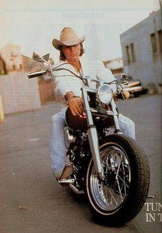 "Dwight Yoakam, ""free as a bird. Country Music Artists, Country Music Stars, Country Singers, Country Men, Country Girls, Mountain Music, Dwight Yoakam, Cowboy Up, Music Pics"