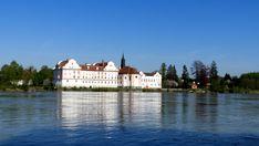 Direkt am Ufer des Deutsch-Österreichischen Grenzflusses Inn, liegt Schloss Neuhaus - eine Schule ist darin untergebracht. Mansions, House Styles, Adventure Travel, Natural Wonders, River, School, Germany, World, Manor Houses