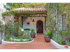 Flea is Selling Griffith Park's Lovely, Lavish Van Griffith Estate - Celebrity Real Estate - Curbed LA Spanish Colonial Homes, Spanish Bungalow, Spanish Style Homes, Spanish House, Spanish Revival, Hacienda Style Homes, Spanish Courtyard, Front Courtyard, Design Exterior