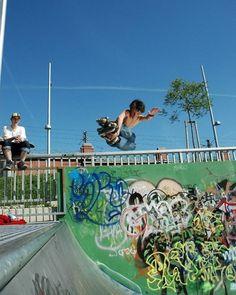 Nikon 100th Anniversary: 100 anni di storie Quando il fotografo austriaco Thomas Pravlovsky era a caccia di graffiti da fotografare scoprì per caso un parco per skateboard nascosto sotto un ponte a Vienna. Un giovane skater si stava esibendo con delle acrobazie mozzafiato su un halfpipe (una rampa semicircolare) e Thomas riuscì a immortalarlo. Thomas Pravlovsky con #D7000  AF-S DX NIKKOR 18105 mm 1:35-56G ED VR #Nikon100 #nikonitalia #iamdifferent #skateboard #skate #trick #skater #graffiti…