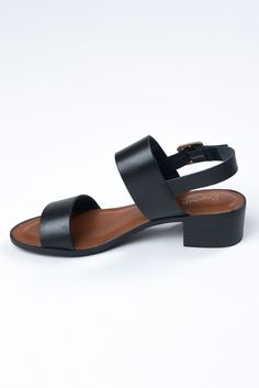 The Cassiopeia leather sandal by Seychelles is the most perfect sandal this Spring & Summer. Dress them up, dress them down. Wear them with jeans, skirts, shorts, your name it. They go with everything