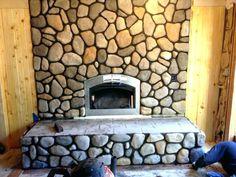 die besten 25 river rock kamine ideen auf pinterest rock kamine kabine kamin und. Black Bedroom Furniture Sets. Home Design Ideas
