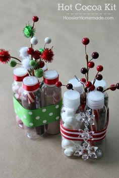 This adorable Christmas Gift is under $5 and perfect for teachers, neighbors, co-workers and more! Put together these Hot Cocoa Kits in minutes! Pin to your Christmas Board! (Mix People Gift Ideas)