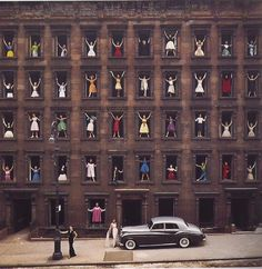 Ormond Gigli, Models in the Window, New York 1960. Chromogenic development print. Photo: Courtesy Peter Fetterman Gallery
