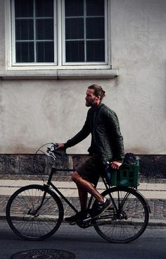 man with beard on bike Hipsters, Look Fashion, Mens Fashion, Latest Fashion, Street Fashion, Estilo Hipster, Foto Top, Mode Man, Cycle Chic