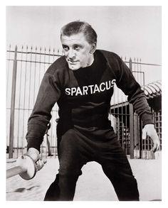 Kirk Douglas s'entrainant au combat pour: Spartacus 1960