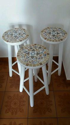Banco de Madeira branco com Mosaico de Azulejo no tampo. Mosaic Tile Art, Mosaic Diy, Mosaic Crafts, Mosaic Projects, Mosaic Furniture, Small Furniture, Painted Furniture, Diy Furniture, Diy Wooden Projects