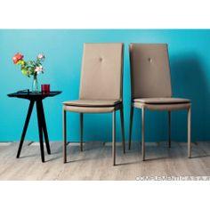 YUUKI sedia in pelle o ecopelle totalmente rivestita. Dotata di cuscino imbottito per seduta e schienale. Su http://www.complementicasa.it/sedie/186-coppia-di-sedie-yuuki.html