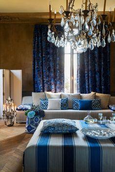 Королевский синий для роскошных интерьеров у вас дома. Темно синие шторы, синие декоративые подушки с узорами, дизайн текстиля Manuel Canovas, VAN VUGHT Interiors ваш дизайнер интерьеров в Берлине