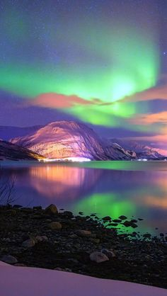 The Aurora are illuminating the snow covered mountain below. Beautiful Sky, Beautiful Landscapes, Beautiful World, Beautiful Places, Beautiful Pictures, Image Nature, All Nature, Amazing Nature, Northen Lights