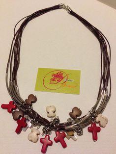 photo (138) collar de cordones color marrón con cruces y ositos.