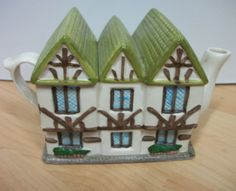 Old Novelty Collectors Teapot Cottage House: The Kings Arms