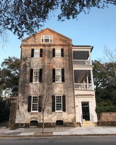 Architecture of Charleston Charleston Style, Charleston Homes, Southern Homes, Coastal Homes, Gate Ideas, House Front Door, Vernacular Architecture, Low Country, Historic Homes