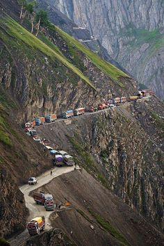 Zoji PASS, India. Situado en la carretera nacional indio 1D entre Srinagar y Leh. El pase proporciona un enlace vital entre Ladakh y Cachemira. Se ejecuta a una altura de aproximadamente 3.528 metros, y es el segundo más alto después del pase Fotu La. A menudo está cerrada durante el invierno. Pero es una línea de vida que mantiene a la gente de Ladakh en contacto con el resto del mundo.