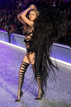 Here's Everything Gigi Hadid Wore In the 2016 Victoria's Secret Fashion Show Hier ist alles, was Gigi Hadid in der Victoria Secret Fashion Show 2016 trug Show Victoria Secret, Gigi Hadid Victoria Secret, Victoria Secret Wings, Queen Victoria, Fashion Show Dresses, Fashion Show 2016, Runway Fashion, Spring Fashion, Fashion Fashion