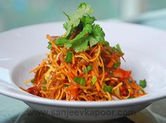 How to make Chinese Bhel-Crispy noodles tossed with fresh veggies and a hot garlic sauce.