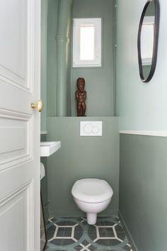 Catherine Plumet a eu carte blanche dans les toilettes. Visiblement elle a visé dans le mille : Antoine semble aimer, il y a même placé une de ses statuettes de collection. Peinture Farrow & Ball : vert clair : Teresa's Green 236 / vert foncé : Card Room