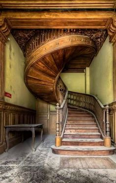 Beautiful staircase inside an abandoned house. By : Casual Urbex Abandoned Buildings, Abandoned Mansions, Old Buildings, Abandoned Places, Abandoned Castles, Derelict Places, Haunted Places, Architecture Design, Architecture Renovation