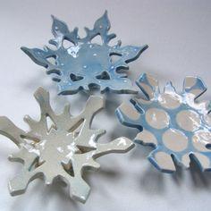 Un ensemble de 3 plats de flocon de neige bleu poudre céramique, exactement comme photographié (vous obtiendrez le même 3 sur ces photos) gros pois blancs, de minuscules points blancs & clair craquelé avec encre bleue. Chacun a un flocon de neige jointe base sur le fond. Utilisez-les pour savon, bougies, décoration saisonnière, un endroit pour votre anneau, un cadeau dhôtesse et plus. Ils mesurent 4 à 5 à travers x 1-2¼ tall Articles de ► toutes originales-un-unique fabriqué à la ma...