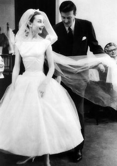 Hubert de Givenchy and Audrey Hepburn photographed during a dress fitting for the quintessential wedding gown Audrey wore in Funny Face, 1956 Boda Audrey Hepburn, Audrey Hepburn Funny Face, Audrey Hepburn Outfit, Audrey Hepburn Wedding Dress, Audrey Hepburn Givenchy, Wedding Dresses 2018, White Wedding Dresses, 50s Wedding, Movie Wedding