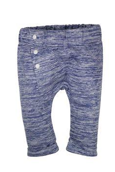 Blauw jongens jogging broekje van het kinderkleding merk Dirkje babywear. Blauw gestreept jongens broekje zonder sluiting met witte sier knoopjes.