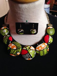 rosa&verde alface: colares com botões forrados Button Necklace, Fabric Necklace, Diy Necklace, Fashion Necklace, Fashion Jewelry, Necklaces, African Necklace, African Jewelry, Textile Jewelry
